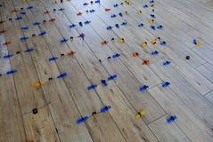 Installation des tuiles de style du bois de porcelaine sur un plancher photographie stock libre de droits