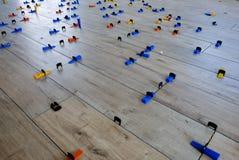 Installation des tuiles de style du bois de porcelaine sur un plancher images stock