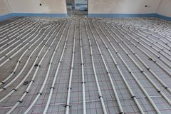 Installation du chauffage par le sol photos stock