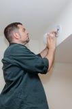 Installation du détecteur de fumée images stock