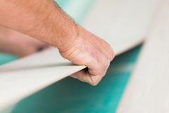 Installation du plancher en stratifié avec la texture en bois image libre de droits