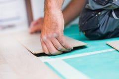 Installation du plancher en stratifié avec la texture en bois photo stock