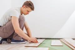 Installation du plancher en stratifié Photo libre de droits