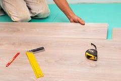 Installation du plancher en stratifi? photo stock