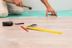 Installation du plancher en stratifi? images libres de droits