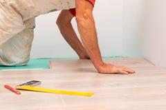 Installation du plancher en stratifi? photographie stock libre de droits