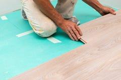 Installation du plancher en stratifi? photos libres de droits