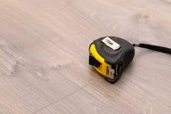 Installation du plancher en stratifi? image libre de droits