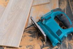 Installation du plancher en stratifi? photographie stock