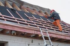 Installation eines Dachs Stockfotografie