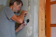 Installation eines elektrischen Schalters in der Wohnung stockfotografie
