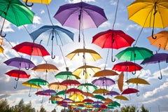 Installation från mångfärgade paraplyer i parkera av staden av Astana, Kasakhstan Arkivfoto