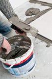 Installation för golvtegelplattor Arkivbild