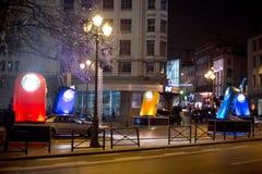 Installation légère homaging de vieilles lampes-torches françaises de poche chez Porte De Namur en tant qu'élément de l'hiver lum Images stock