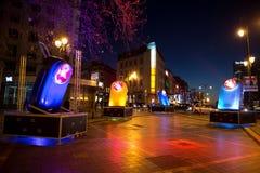 Installation légère homaging de vieilles lampes-torches françaises de poche chez Porte De Namur en tant qu'élément de l'hiver lum Images libres de droits