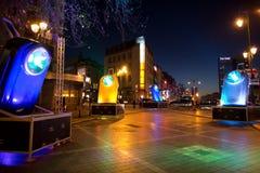 Installation légère homaging de vieilles lampes-torches françaises de poche chez Porte De Namur en tant qu'élément de l'hiver lum Photos stock