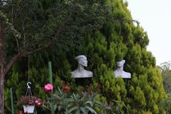 Installation Manneqin-moderner Kunst in einem Garten stockbild