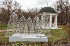 Installation med elektriska julgranar i parkera Royaltyfria Foton