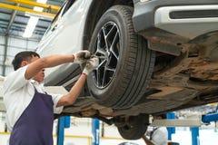 Installation och kontroll av hjul på bilen Vridning av whe arkivbilder
