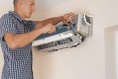 Installation och reparation av luftkonditioneringsapparaten fotografering för bildbyråer
