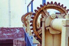 Installation pour pomper la valve sur le barrage dans le lac, grand vieux treuil photos libres de droits