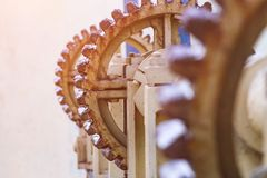 Installation pour pomper la valve sur le barrage dans le lac, grand vieux treuil photo libre de droits