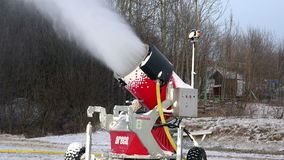 Installation for the production of artificial snow is on wheels for spraying a jet of compressed air via injectors