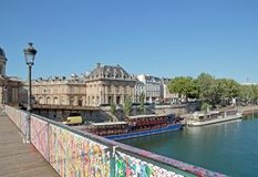 Installation provisoire d'art de rue sur le Pont des Arts (Frances de Paris) Photographie stock