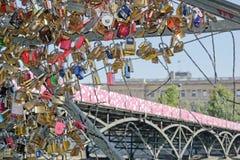Installation provisoire d'art de rue sur le Pont des Arts (Frances de Paris) Images stock