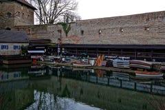 Installation récréationnelle au vieux mur de ville dans outre de la saison Photo libre de droits