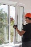Installation und Reparatur von Plastikfenstern Stockbilder
