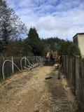 Installation von Abwasserleitungen in den tiefen Aushöhlungen entlang Gasse Lizenzfreie Stockfotos