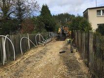 Installation von Abwasserleitungen in den tiefen Aushöhlungen entlang Gasse Stockfoto