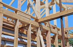 Installation von Holzbalken am Bau Stockfotos
