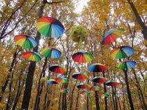 Installation von mehrfarbigen Regenschirmen lizenzfreies stockfoto