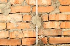 Installation von Metallleuchttürmen auf einer Backsteinmauer Stockfotos