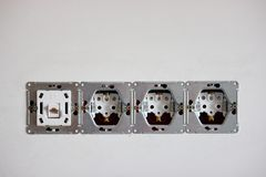 Installation von Sockeln und von Schaltern, 220-Volt-Verbindungsstück für das Internet raues Ende in der Reparatur Elektroarbeit  stockfotografie