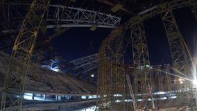 Installationsarbeit über ein großes Stadion im timelapse stock video footage