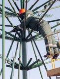Installationsarbete på en metallstruktur på höjd Royaltyfria Bilder