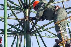 Installationsarbete på en metallstruktur på höjd Fotografering för Bildbyråer
