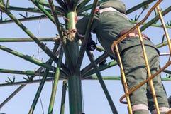 Installationsarbete på en metallstruktur på höjd Royaltyfri Bild