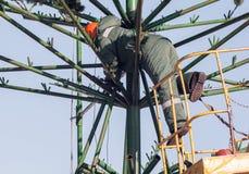 Installationsarbete på en metallstruktur på höjd Arkivfoto