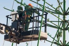 Installationsarbete på en metallstruktur på höjd Arkivbild
