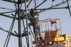 Installationsarbete på en metallstruktur på höjd Arkivfoton