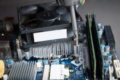 Installationsprocessorkylare på moderkortet med skruvmejsel royaltyfri foto