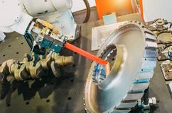 Installationsroboter, mechanischer Scanner-Laser-Sensor für das Messen setzt sich in den Metallteilen, Bau, Zusammenstellung des  lizenzfreie stockbilder