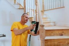 Installationstrollkarl för träräcket för trappa Royaltyfri Foto