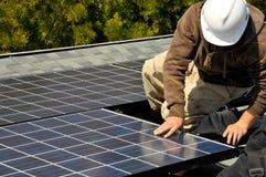 Installatore 2 del comitato solare Immagini Stock