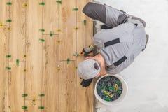 Installatore del pavimento delle piastrelle di ceramica fotografie stock