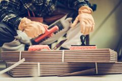 Installatore delle piastrelle di ceramica fotografia stock
